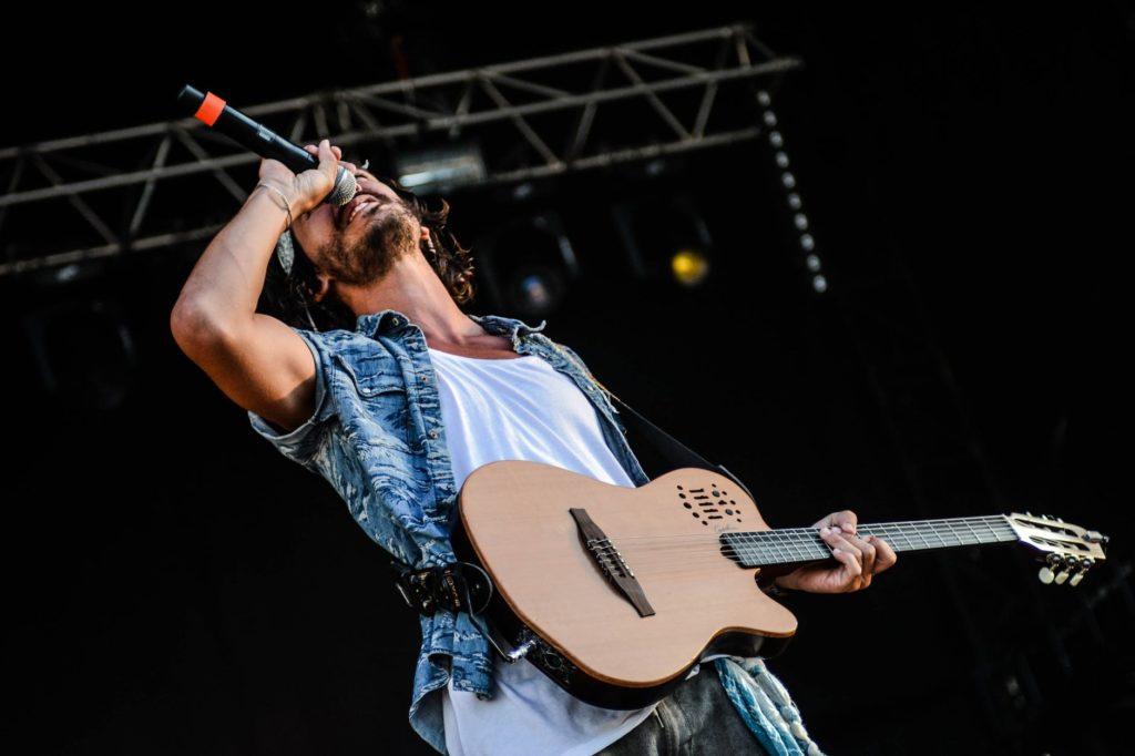 Cantante con guitarra - aprender a cantar